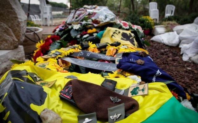 Le béret du sergent de Tsahal Omri Levi, qui a été tué dans une attaque terroriste à Beer Sheva le 18 octobre 2015, déposé sur sa tombe à ses funérailles le 19 octobre 2015 (Crédit photo: Flash90)