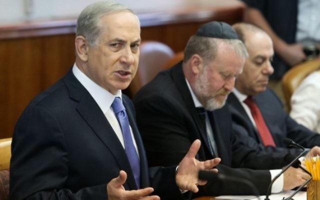 Le Premier ministre Benjamin Netanyahu dirige la réunion hebdomadaire du cabinet à son bureau à Jérusalem, le dimanche 18 octobre 2015 (Crédit photo: Amit Shabi / Pool)