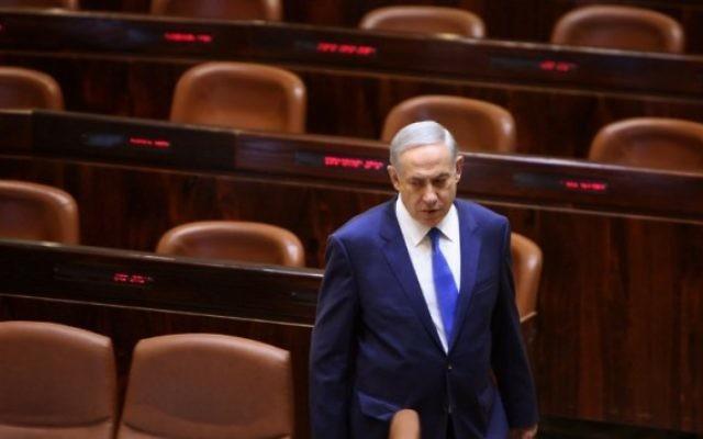 Le Premier ministre Benjamin Netanyahu se dirige vers son siège avant de prononcer un discours à la Knesset le 12 octobre 2015, à Jérusalem (Crédit photo: Gali Tibbon / AFP)