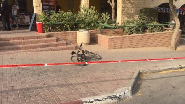 Le vélo sur lequel circulait un garçon de 13 ans avant d'être poignardé dans le quartier de Pisgat Zeev de Jérusalem Est, le 12 octobre 2015. (Crédit : police israélienne)