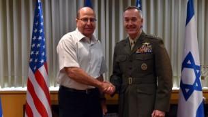 Le ministre de la Défense Moshe Yaalon rencontre le chef d'état-major militaire américain le général Joseph Dunford au siège de la Défense à Tel-Aviv, le dimanche 18 octobre, 2015. (Crédit : Ariel Harmoni / Ministère de la Défense)