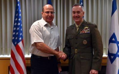 Le ministre de la Défense Moshe Yaalon rencontre le chef d'état-major militaire américain le général Joseph Dunford au siège de la Défense à Tel-Aviv, le dimanche 18 octobre 2015. (Crédit : Ariel Harmoni / Ministère de la Défense)