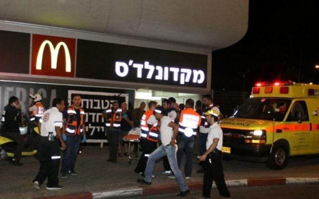 La police et les secouristes sur les lieux de l'attentat à la gare routière de Beer Sheva, le 18 octobre 2015 (Crédit photo: Meir Even Haim / Flash90)
