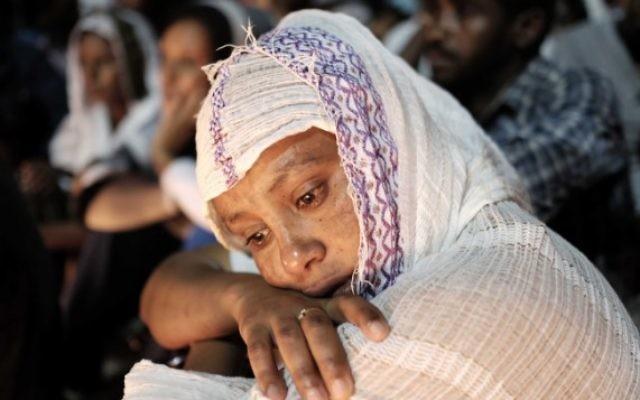 Une femme pleure lors d'une cérémonie à la mémoire de Haftom Zarhum dans le sud de Tel Aviv le 21 octobre 2015 (Crédit photo: Tomer Neuberg / Flash90)