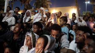 Des centaines de personnes ont assisté à une cérémonie à la mémoire de Haftom Zarhum dans le sud de Tel Aviv le 21 octobre 2015 (Crédit photo: Tomer Neuberg / Flash90)