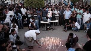 Sœur Azezet Kidane, une religieuse originaire d'Érythrée, allume une bougie lors d'une cérémonie à la mémoire de Haftom Zarhum dans le sud de Tel Aviv le 21 octobre 2015 (Crédit photo: Tomer Neuberg / Flash90)
