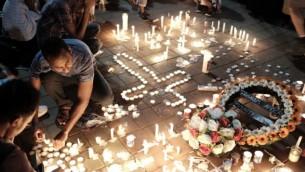 Allumage de bougies lors d'une cérémonie à la mémoire de Haftom Zarhum dans le sud de Tel Aviv le 21 octobre 2015 (Crédit photo: Tomer Neuberg / Flash90)