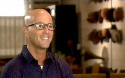 Liron Mirelman aborde les défis d'être le plus intelligent Israélien du monde dans une interview diffusée le 2 octobre 2015 (Crédit : Capture d'écran Deuxième chaîne)