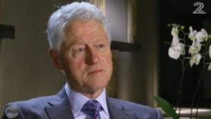 L'ancien président américain Bill Clinton pendant un entretien avec la Deuxième chaîne avant le 20e anniversaire de l'assassinat du Premier ministre israélien Yitzhak Rabin. (Crédit : Capture d'écran Deuxième chaîne)