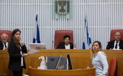 La présidente de la Cour suprême Miriam Naor lors d'une audience relative à la démolition de maisons de terroristes arabes, le 29 octobre 2015 (Crédit : Yonatan Sindel / Flash90)