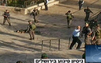 Les lieux d'une tentative d'attaque au couteau qui a eu lieu mercredi en dehors de la Vieille Ville de Jérusalem où un Palestinien a été abattu par les forces israéliennes (Crédit : Capture d'écran Deuxième chaîne)