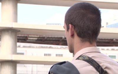 Un officier de l'armée  de l'air israélienne, dont l'identité ne peut être révélée pour des raisons de sécurité, explique comment il a abattu le terroriste palestinien qui avait poignardé 5 personnes à Tel-Aviv, le 8 octobre 2015 (Capture d'écran YouTube / Tsahal)