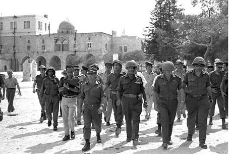 Moshe Dayan au mont du Temple, le 7 juin 1967 (Crédit : Ilan Bruner / GPO)