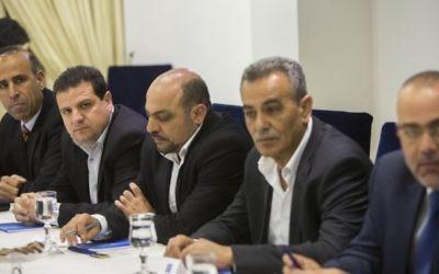 Des membres de la Liste arabe unie rencontrent le président israélien Reuven Rivlin à la résidence du président à Jérusalem, le 22 mars 2015 (Crédit photo: Yonatan Sindel / Flash90)