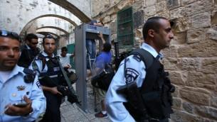 Des policiers israéliens montent la garde pendant l'installation d'un détecteur de métaux dans le quartier musulman de la Vieille Ville de Jérusalem le 8 octobre 2015 (Crédit photo:  Gali Tibon / AFP)