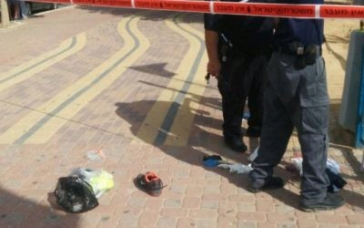 Des policiers israéliens sur la scène où un jeune juif a poignardé un homme arabe dans la ville de Dimona, le vendredi 9 octobre 2015. Trois autres Arabes ont également été blessés dans l'attaque (Photo: police de Dimona)