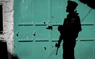 Un agent de la police des frontières sur la Via Dolorosa dans le quartier musulman de la Vieille Ville de Jérusalem le 8 octobre 2015 (Crédit photo: Yossi Zamir / Flash90)