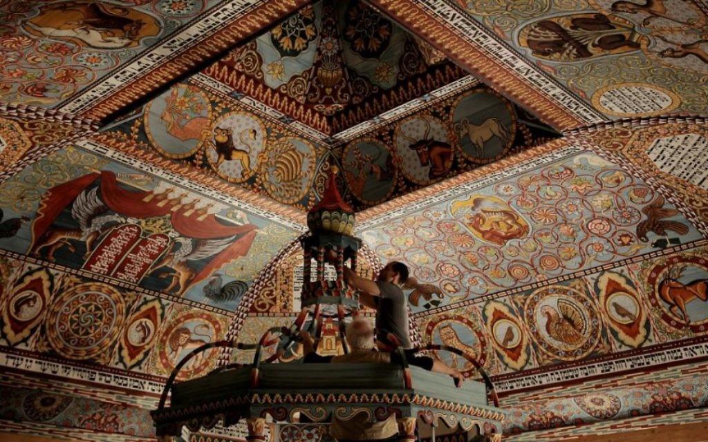 """Comme le montre """"Raise the Roof"""", Jason Loïk et Rick Brown sont en train de stabiliser le haut de la bima du toit de la synagogue Gwoździec reconstruite, maintenant la pièce maîtresse du Musée POLIN de l'histoire des Juifs de Pologne à Varsovie, qui a ouvert ses portes en octobre 2014. (Crédit : production Trillium Studios)"""