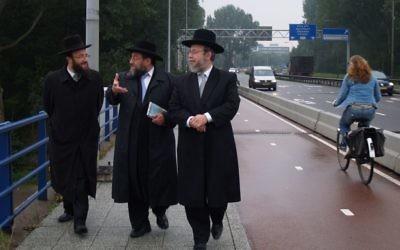 Des rabbins néerlandais dans la banlieue de Buitenveldert, le site d'un futur centre de migrants à Amsterdam (Crédit : David Serphos / JTA)