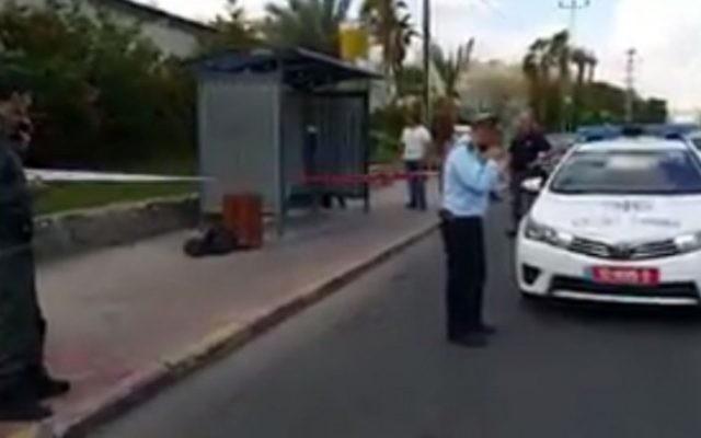 Policiers sur la scène d'une attaque au couteau à Eilat, le 29 octobre 2015 (Capture d'écran: Twitter)