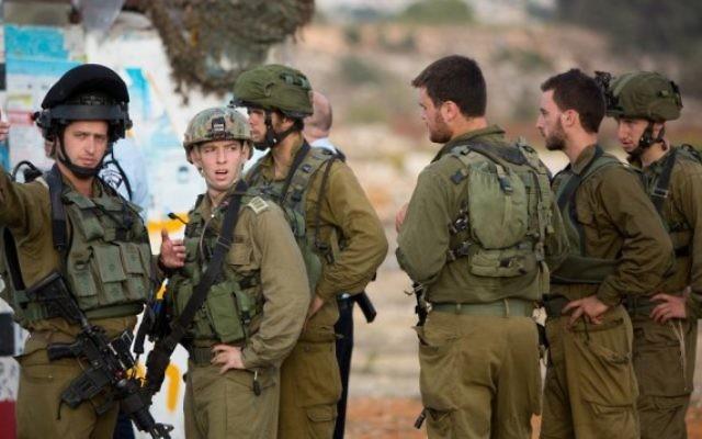 Des soldats israéliens sur le site de l'attaque terroriste de mardi près du carrefour Gush Etzion, où un Palestinien a percuté sa voiture dans des piétons à un arrêt de bus et a ensuite tenté de les poignarder, le 20 octobre 2015 (Crédit photo: Yonatan Sindel / Flash90)