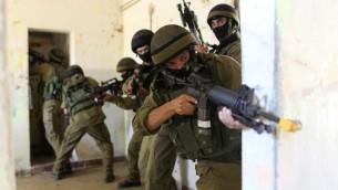 Les soldats israéliens pratiquent la guerre urbaine dans la base de l'armée Tzeelim dans le sud d'Israël (Crédit : Nati Shohat / Flash90)