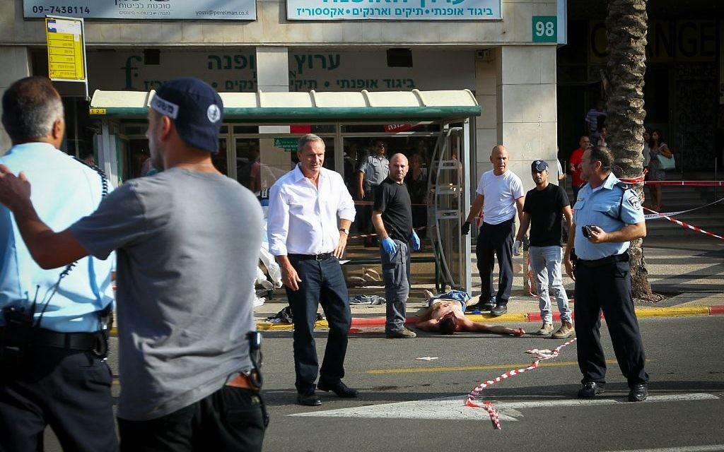 Le site d'une attaque à Raanana où un terroriste a poignardé un homme à un abri-bus  (Crédit : Flash 90)