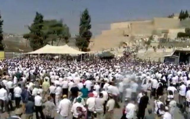 Des milliers de personnes aux funérailles de la victime de l'attaque au couteau, le 4 octobre 2015(Crédit : capture d'écran Walla news)