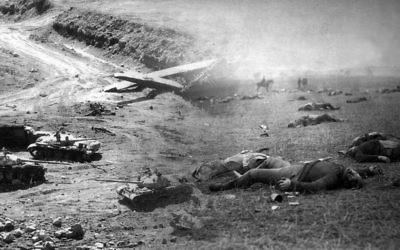 Collage de photos : à gauche, un char utilisé pendant la guerre du Kippour (Crédit : US Government / Wikimedia Commons). A droite, des soldats fédéraux morts pendant la bataille de Gettysburg (Crédit : Timothy O'Sullivan / Wikimedia Commons). (Crédit : Juda Ari Gross / Times of Israël)