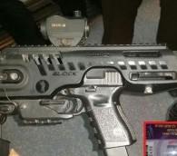Le pistolet Glock du maire de Jérusalem, Nir Barkat avec son kit de conversion. En médaillon: le permis de port d'arme de Barkat (Photo: Autorisation)