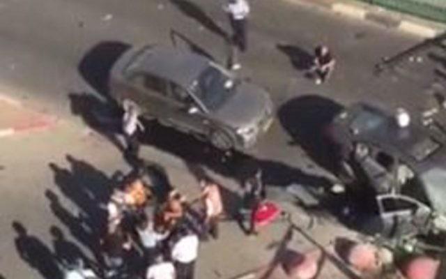 La scène de l'explosion d'une voiture piégée liée au crime organisé à Hadera dans laquelle un homme a été grièvement blessé, le 21 octobre 2015 (Crédit : Capture d'écran YouTube)