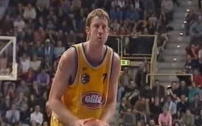 Nate Huffman joue pour le Maccabi Tel-Aviv contre Obiettivo Lavoro de Bologne dans la FIBA Euroligue 2000-2001. (Crédit : capture d'écran de YouTube)