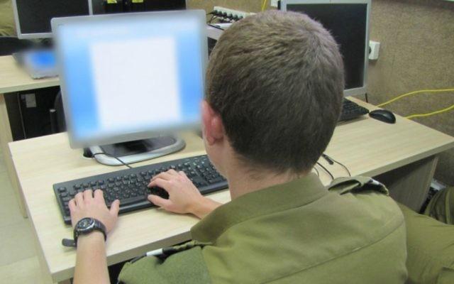 Un soldat dans un cours de cybersécurité de l'armée israélienne le 10 juin 2013 (Crédit photo: Porte-parole de Tsahal)