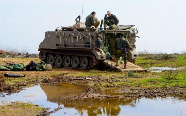 Soldats israéliens sur le plateau du Golan, le 19 janvier 2015. (Crédit : Basal Awidat/Flash90)