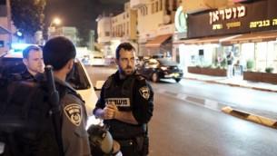Des policiers dans les rues de Jaffa, le 6 octobre 2015, après de violentes émeutes  (Crédit photo: Tomer Neuberg / Flash90)