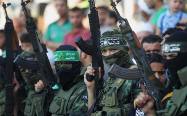 De jeunes Palestiniens dans un 'camp d'été' du Hamas, le 5 août 2015, à Khan Yunis, dans le sud de la bande de Gaza (Crédit : Said Khatib / AFP)