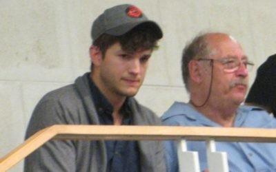 Ashton Kutcher et le gourou du high-tech Yossi Vardi, à Tel Aviv en 2013. (DR)
