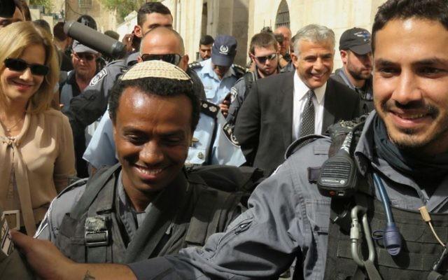 Yair Lapid, le chef du parti Yesh Atid (en costume et cravate) lors d'une visite de la Vieille Ville de Jérusalem par les membres de son parti (Photo: Autorisation Yesh Atid)
