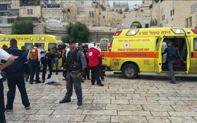Les ambulances de Magen David Adom et des policiers sur les lieux d'un attentat terroriste dans la Vieille Ville de Jérusalem, le mercredi 7 octobre 2015. (Crédit : Autorisation Magen David Adom)