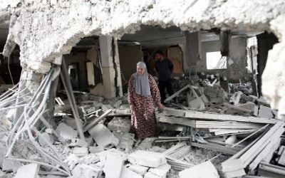 Une femme palestinienne au milieu des décombres d'une maison après que les forces de sécurité israéliennes aient démoli les maisons de deux Palestiniens impliqués dans des attentats dans le quartier palestinien de Jabal Mukaber à Jérusalem-Est, le 6 octobre 2015 (Crédit photo: Thomas Coex / AFP )