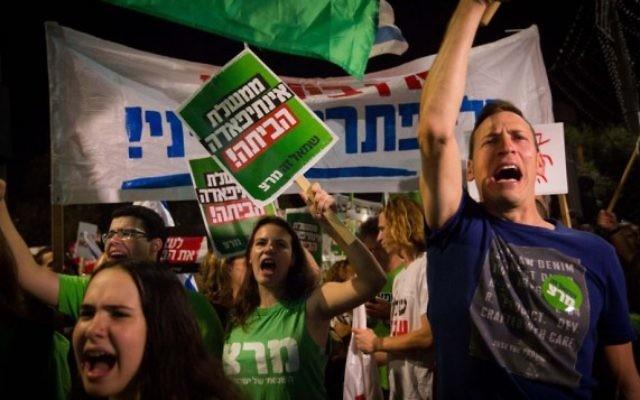 """Des milliers d'Israéliens ont participé à une marche organisée par le mouvement «La paix maintenant"""" de la place Rabin au QG de Tsahal à Tel-Aviv le 24 octobre 2015 (Crédit photo: Miriam Alster / Flash90)"""