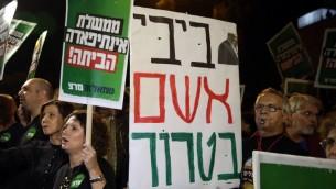 Des militants de gauche manifestent devant la résidence du Premier ministre Benjamin Netanyahu à Jérusalem le 10 octobre 2015, lui reprochant la violence et pour lui demander de démissionner (Crédit photo: Gali Tibbon / AFP)