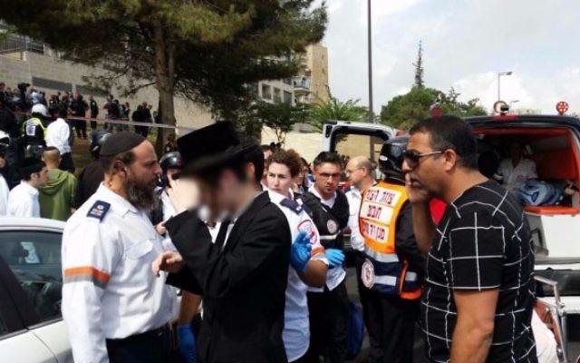 Le personnel médical d'urgence sur les lieux d'une attaque au couteau à Jérusalem le 9 octobre 2015 (Photo: Magen David Adom)