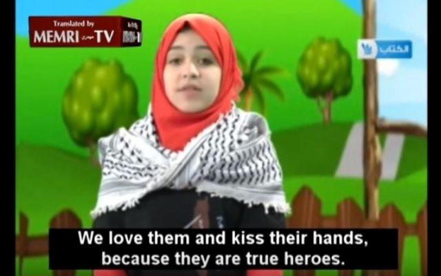 """Une petite fille jordano-palestinienne, tenant un couteau, dit: """"Je veux poignarder un Juif» (Capture d'écran MEMRI)"""