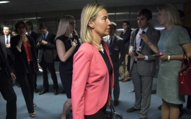 Federica Mogherini, chef de la diplomatie étrangère de l'UE arrive pour la dernière session plénière dans le bâtiment des Nations unies à Vienne, en Autriche le 14 juillet 2015 (Crédit photo: Joe Klamar / AFP)