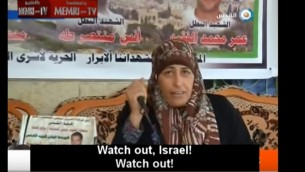 La mère d'un terroriste palestinien tué sort un couteau et menace Israël - lors d'une interview le 22 octobre  2015 - de mener à bien sa propre attaque (Crédit : capture d'écran YouTube)