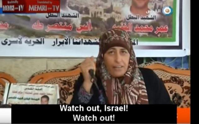 La mère d'un terroriste palestinien tué sort un couteau et menace Israël de mener à bien sa propre attaque, le 22 octobre  2015. (Crédit : capture d'écran YouTube)