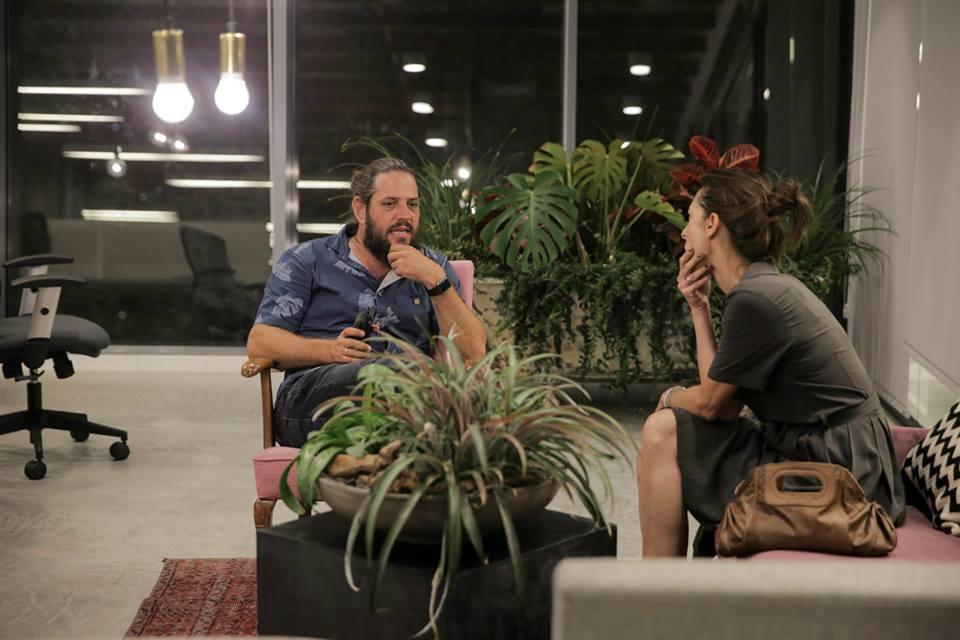 Une réunion dans les bureaux Nautilus AOL à Tel Aviv (Crédit : Facebook)