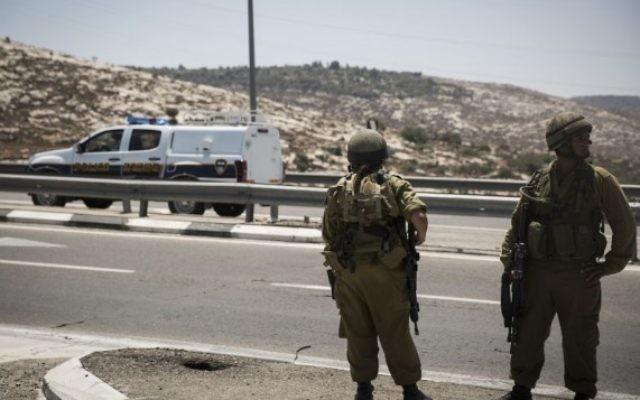 Des soldats israéliens sur une route au nord de Jérusalem en Cisjordanie  (Crédit photo: Hadas Parush / Flash90)