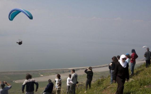 Des gens regardent un parapente près du plateau du Golan en 2009 (Photo illustrative: Matanya Tausig / flash90)